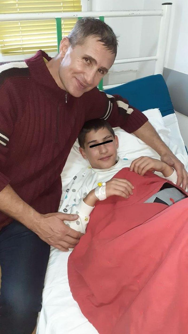 """Clipe de panică pentru """"Micul Hercule"""" după ce fratele său mai mic a fost operat de urgență"""