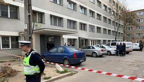 Nouă poliţişti care au intervenit în blocurile unde au fost folosite substanţe toxice au acuzat stări de rău şi au ajuns la spital