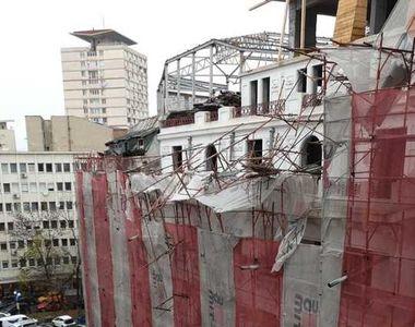 O schelă s-a prăbușit în centrul Capitalei: Două mașini au fost avariate