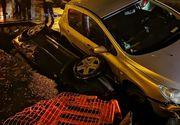 Accident teribil în București. Două mașini au căzut într-o groapă uriașă, săpată de RADET
