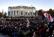 Poliţia dispersează cu tunuri cu apă manifestanţi la Parlament, după ce 20.000 de oameni au cerut demisia Guvernului