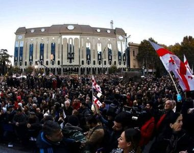 Poliţia dispersează cu tunuri cu apă manifestanţi la Parlament, după ce 20.000 de...