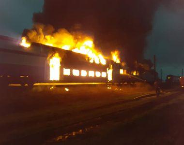 VIDEO | Un tren de călători a luat foc în mers. Aproape 100 de pasageri se aflau în...