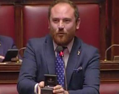 VIDEO | Un deputat și-a cerut iubita de soție în plenul Parlamentului