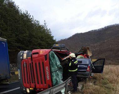 Trafic complet blocat pe DN 7, după ce un TIR s-a răsturnat peste un autoturism