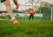 Scene șocante la un meci de fotbal. Un fotbalist nervos și-a lovit cu pumnii în față adversarul