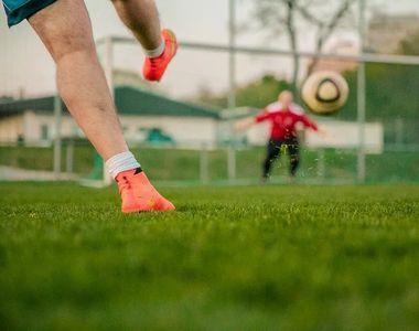 Scene șocante la un meci de fotbal. Un fotbalist nervos și-a lovit cu pumnii în față...