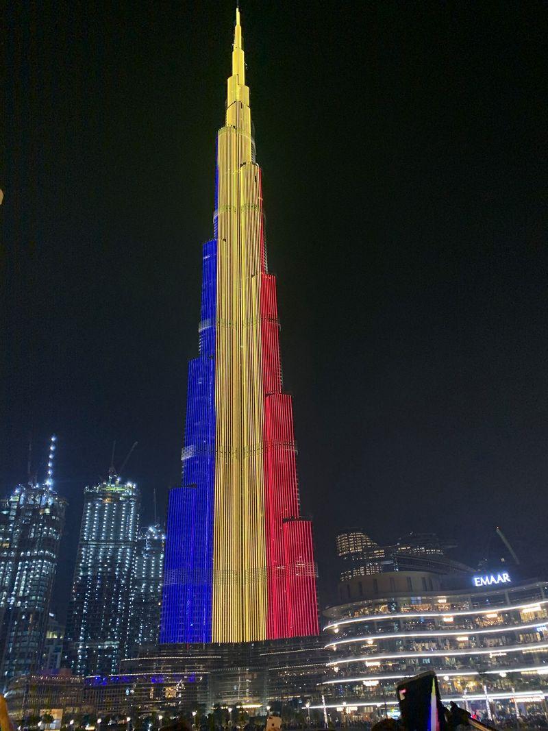 Cea mai înaltă clădire din lume a luminat azi în culorile steagului României