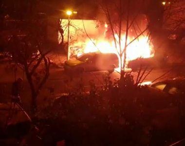 Trei maşini au ars în lanţ, cu explozii puternice, într-o parcare din Bucureşti