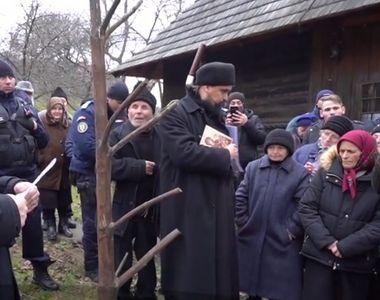 Un preot iubit de enoriași a fost evacuat cu mascații din biserică