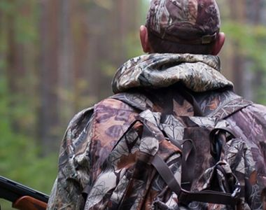 Un vânător a ucis patru cerbi într-o noapte și apoi le-a atârnat capetele pe perete