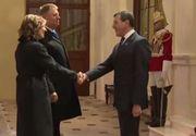 VIDEO | Klaus Iohannis și soția, la banchetul reginei Elisabeta a II-a. Ce rochie a purtat prima-doamnă