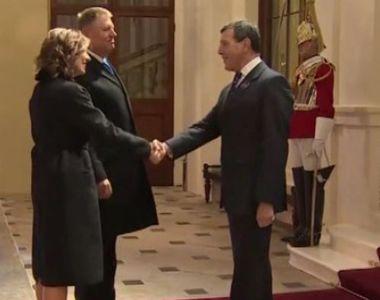 VIDEO | Klaus Iohannis și soția, la banchetul reginei Elisabeta a II-a. Ce rochie a...