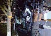 """Accident spectaculos în Neamț. O tânără șoferiță a reușit să """"sprijine"""" mașina de o casă!"""