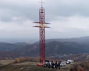 O minune în vârf de deal: În Prahova a fost ridicată cea mai înaltă cruce din lemn din...
