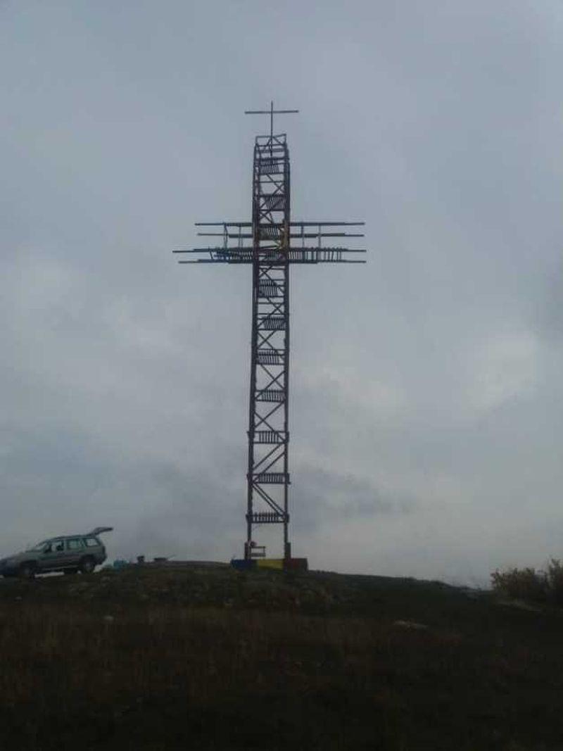 """O minune în vârf de deal: În Prahova a fost ridicată cea mai înaltă cruce din lemn din România. Finanţatorul: """"Mi-a apărut în vis după o vizită la mormântul părintelui Arsenie"""""""