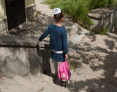 Maria, o fetiţă de 8 ani din Suceava, nevăzătoare, a murit după ce a căzut pe scările...
