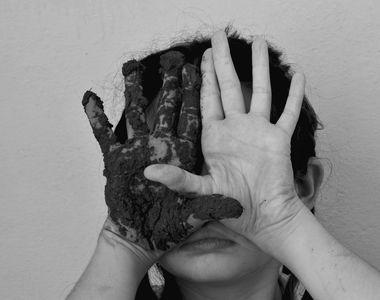 O fetiță nevăzătoare a sfârșit tragic după ce a căzut pe scările de la școala la care...