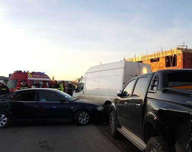 Trei persoane au fost rănite, după ce maşina în care erau a intrat într-un autoturism...