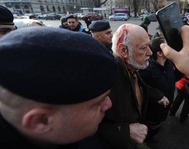 Gelu Voican-Voiculescu, huiduit şi lovit în Piaţa Universităţii, la ceremoniile...