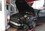 Accident spectaculos în Hunedoara: o mașină în care se aflau 4 persoane a intrat în peretele unui magazin