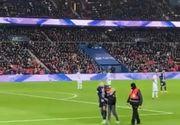 Un copil a intrat pe teren în timpul meciului PSG - Amiens pentru a obţine un autograf de la Mbappe - VIDEO
