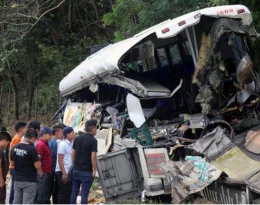 Accident cumplit: 20 de oameni au murit în urma unui impact frontal între un autocar și...