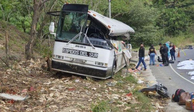 Un accident teribil s-a produs în zona localității Gualan din estul Guatemalei. Un autocar s-a izbit frontal de un camion, conform agenției Reuters.
