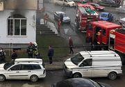 """Incendiu violent într-un bloc din Beclean. Pompierii au evacuat 30 de persoane: """"Arde pe o suprafață de aproximativ 100 mp"""""""