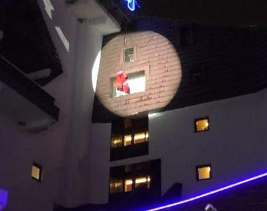 VIDEO | Moș Crăciun a coborât pe frânghie, la hotel
