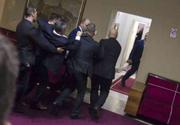 Optsprezece deputaţi prosârbi arestaţi în Parlamentul muntegrean după ce provoacă incidente vizând să împiedice adoptarea unei legi privind naţionalizarea unor bunuri ale Bisericii Ortodoxe Sârbe