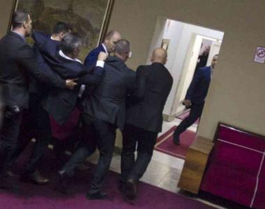 Optsprezece deputaţi prosârbi arestaţi în Parlamentul muntegrean după ce provoacă...