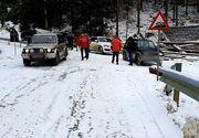Patruzeci de turişti rămaşi blocaţi cu maşinile în zona Padina din Munţii Bucegi, din cauza gheţii de pe drum, ajutaţi de jandarmi montani, salvamontişti şi poliţişti