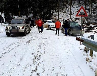 Patruzeci de turişti rămaşi blocaţi cu maşinile în zona Padina din Munţii Bucegi, din...