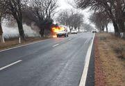 Mașină în flăcări pe un drum din Tulcea