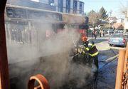 Incendiu izbucnit la un autobuz în Craiova. Focul s-a extins la o locuinţă aflată în zonă - FOTO