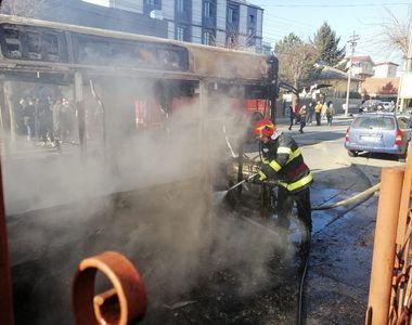 Incendiu izbucnit la un autobuz în Craiova. Focul s-a extins la o locuinţă aflată în...