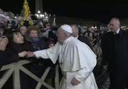 Papa Francisc a lovit mâna unei femei care a încercat să-l tragă spre ea în timp ce Suveranul Pontif se afla în Piaţa Sf. Petru în Ajunul Anului Nou - VIDEO