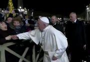 """Papa Francisc şi-a cerut scuze pentru că """"şi-a pierdut cumpătul"""" atunci când a lovit peste mână o credincioasă"""