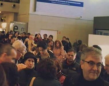 VIDEO   Haos în aeroport! Cozi uriașe la benzile de bagaje