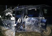 O femeie a murit, iar un bărbat şi trei copii au fost răniţi după ce maşina în care se aflau a ieşit de pe şosea şi s-a lovit de un copac