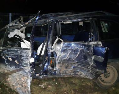 O femeie a murit, iar un bărbat şi trei copii au fost răniţi după ce maşina în care se...