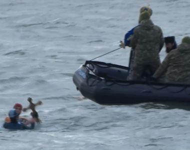 VIDEO   Momentul în care un înotător îi fură unei sportive una dintre crucile aruncate...
