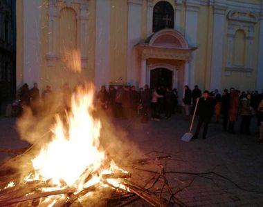 Încep sărbătorile pe rit vechi. Sârbii au aprins badnjak-ul - un trunchi de stejar,...