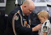 Povestea impresionantă a unui copil de doi ani. A fost decorat în locul tatălui său, un pompier ucis de flăcările din Australia