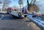 Accident spectaculos surprins de o cameră de bord: un autoturism s-a răsturnat într-o curbă