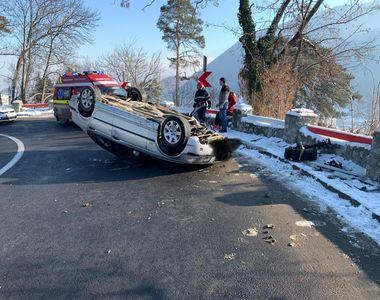 Accident spectaculos surprins de o cameră de bord: un autoturism s-a răsturnat într-o...