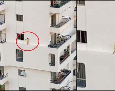 Imagini terifiante cu o fetiță care merge pe bordura îngustă a fațadei unei clădiri la...
