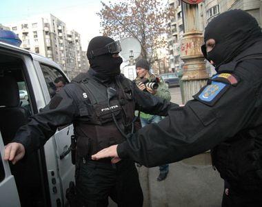 Nouă persoane urmărite internaţional, aduse în ţară de poliţişti în ultima săptămână
