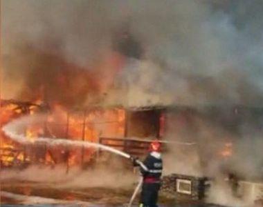 VIDEO | Clipe de panică la o pensiune din Brașov: clădirea a ars precum o torță